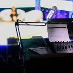 Eastshining Bras Support de Suspension Microphone Micro forme Ciseaux avec la Base Rotative et Adaptateur pour Blue Yeti pour studio,diffusion,station de télévision,enregistrement sonore,vidéo(Noir)